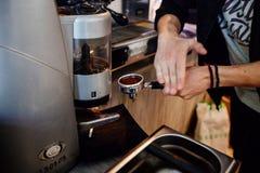 Proceso de la preparación del café foto de archivo