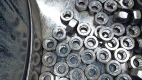 Proceso de la producción de nueces, tornillos Concepto industrial Equipo y macine de la fábrica acero Animación realista 4K metrajes