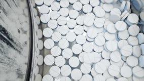Proceso de la producción de píldoras, tabletas Concepto farmacéutico industrial Equipo y máquina de la fábrica acero almacen de metraje de vídeo