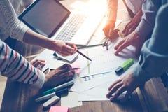 Proceso de la reunión del equipo Discusión de nuevo proyecto Ordenador portátil y papeleo en oficina del desván imagenes de archivo