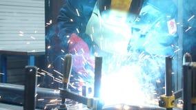 Proceso de la soldadura autógena en la empresa industrial Soldador de acero industrial metrajes