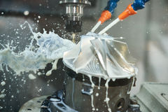 Proceso de la trabajo de metalistería que muele Metal del CNC que trabaja a máquina por el molino vertical Fotos de archivo