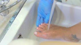 Proceso de lavar al pie de la mujer metrajes