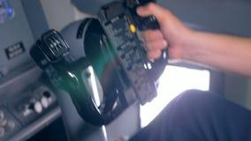 Proceso de los mandos de vuelo manejado por un aviador en una carlinga metrajes