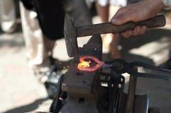 proceso de los productos de metal de la forja fotos de archivo libres de regalías