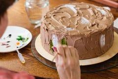 Proceso de pintura de la torta Fotografía de archivo