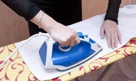 Proceso de planchar de una preparación blanca Imágenes de archivo libres de regalías
