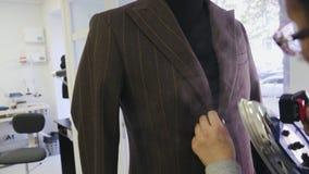 Proceso de planchar la chaqueta masculina en el maniqu? almacen de video