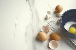 Proceso de preparar la comida deliciosa con los huevos fotos de archivo