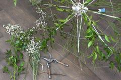 Proceso de trabajo de crear un poco de composición floral imagen de archivo
