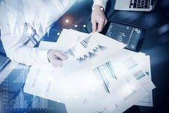 Proceso de trabajo de la gestión de riesgos Documentos del informe de mercado del trabajo del comerciante de la foto Usando los d Fotos de archivo libres de regalías