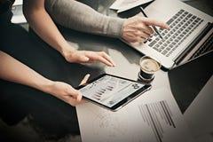Proceso de trabajo del departamento de finanzas Mujer de la foto que muestra a informes de negocios la tableta moderna, pantalla  imagenes de archivo