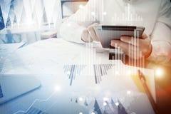 Proceso de trabajo del encargado del banquero Tableta moderna del informe de mercado del trabajo del comerciante Usando el dispos ilustración del vector