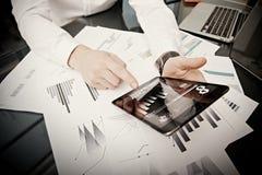 Proceso de trabajo del gestor de inversiones Tableta moderna del informe de mercado del trabajo del comerciante de la foto Usando Fotos de archivo libres de regalías