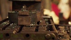 Proceso de trabajo en la máquina en la planta de la ingeniería almacen de metraje de vídeo