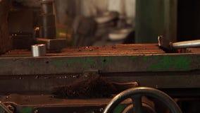Proceso de trabajo en la máquina en la planta de la ingeniería metrajes