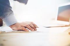 Proceso de trabajo Hombre de negocios que trabaja en la tabla de madera con nuevo proyecto Cuaderno contemporáneo en la tabla Ten fotos de archivo