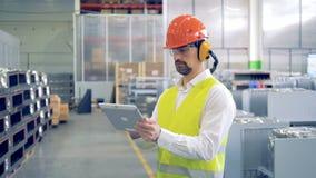 Proceso de trabajo de un empleado de la fábrica que se coloca en una unidad de la fábrica almacen de video