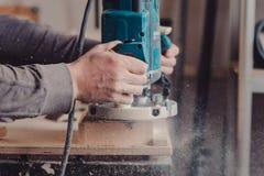 Proceso de una pieza de los muebles por una máquina para pulir un árbol Foto de archivo libre de regalías