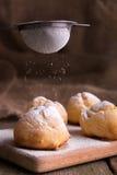 Proceso del adornamiento con los profiteroles del azúcar de formación de hielo Estilo rústico Fotos de archivo