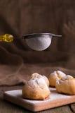 Proceso del adornamiento con los profiteroles del azúcar de formación de hielo Estilo rústico Fotografía de archivo libre de regalías