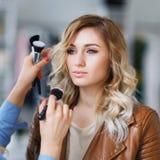 Proceso del artista de maquillaje Fotografía de archivo libre de regalías