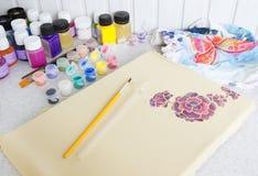 Proceso del batik: pinturas del artista en la tela, pintura del batik Foto de archivo libre de regalías