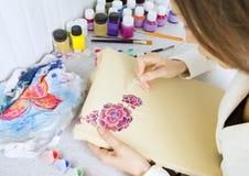Proceso del batik: pinturas del artista en la tela, pintura del batik Foto de archivo