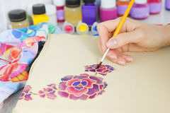 Proceso del batik: pinturas del artista en la tela, pintura del batik Imagenes de archivo