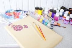 Proceso del batik: pinturas del artista en la tela, pintura del batik Fotos de archivo libres de regalías