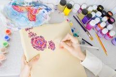 Proceso del batik: pinturas del artista en la tela, pintura del batik Fotografía de archivo