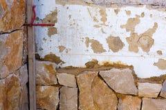 Proceso del construcion de la pared de piedra de la albañilería tradicional Fotos de archivo