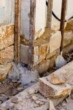 Proceso del construcion de la pared de piedra de la albañilería tradicional Imagen de archivo libre de regalías