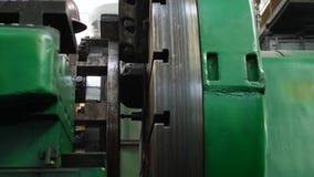Proceso del eje de acero en la m?quina del torno en la planta pesada almacen de metraje de vídeo