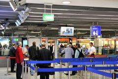 Proceso del enregistramiento del aeropuerto imagenes de archivo