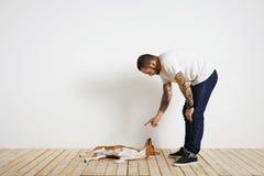 Proceso del entrenamiento del perro en casa Foto de archivo libre de regalías