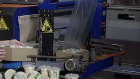 Proceso del envasado de alimentos en la fábrica moderna Línea de envasado en la fábrica de la lechería Equipo industrial en las i almacen de metraje de vídeo