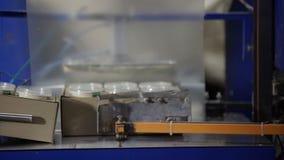Proceso del envasado de alimentos en la fábrica moderna Línea de envasado en la fábrica de la lechería Equipo industrial en las i almacen de video