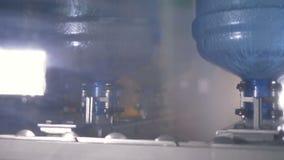 proceso del fregado de las botellas de 5 galones