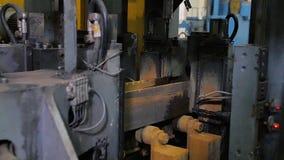 Proceso del funcionamiento del metal y de la fabricación de la máquina Trabajo que muele de la precisión Velocidad de rotación rá almacen de video