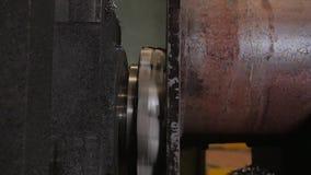 Proceso del funcionamiento del metal y de la fabricación de la máquina Trabajo que muele de la precisión Velocidad de rotación rá almacen de metraje de vídeo