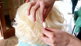 Proceso del Hairstyling El amo hace a la muchacha del peinado Peinado de la novia almacen de metraje de vídeo