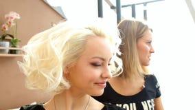 Proceso del Hairstyling El amo hace a la muchacha del peinado Peinado de la novia almacen de video