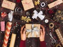 Proceso del hombre de la caja de regalo de la Navidad del paquete a disposición que sostiene la caja de regalo del Año Nuevo Fotografía de archivo libre de regalías