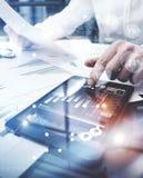 Proceso del trabajo de la gestión de riesgos Represente la tableta de trabajo de la pantalla táctil del documento del informe de  Fotos de archivo libres de regalías