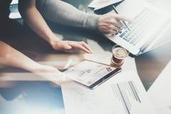 Proceso del trabajo de la inversión de las finanzas Mujer de la foto que muestra a informe de negocios la tableta moderna, pantal Fotografía de archivo