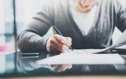 Proceso del trabajo del gestor de inversiones Documentos del documento de trabajo del hombre de la foto El banquero privado que u Imagen de archivo