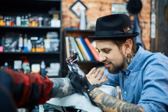 Proceso del trabajo del tattooer Imagen de archivo