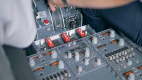 Proceso del vuelo con el equipo de regulación del aviador en la cabina almacen de metraje de vídeo