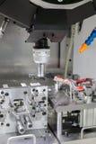 Proceso industrial del corte que trabaja a máquina del metal de partes B automotrices Imágenes de archivo libres de regalías